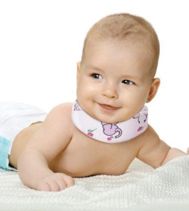 Длительность фиксации шеи ребенка составляет от месяца до полугода