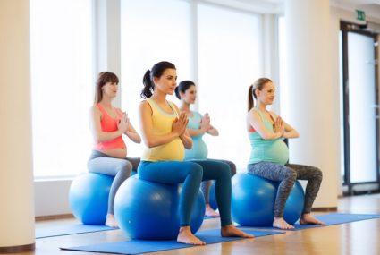 Упражнения на фитболе сделают более красивой и здоровой спину