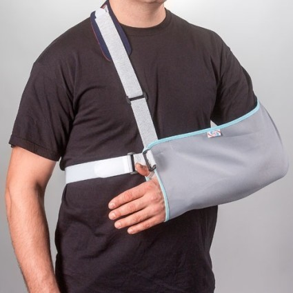 Первая помощь заключается в иммобилизации руки (нужно наложить повязку) и приложении холода