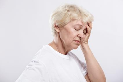 Шейный остеохондроз сопровождают такие симптомы, как головная боль и головокружение