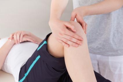 Если у человека есть данное заболевание 2 стадии, то ему с трудом даются движения коленом