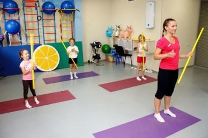 Упражнения можно выполнять с гимнастической палкой