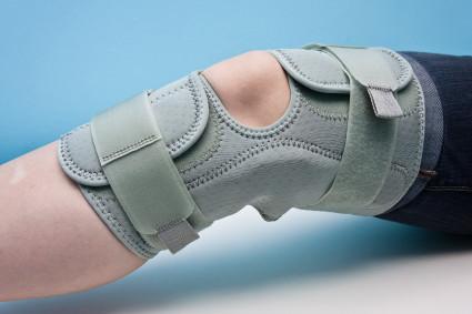 Врач назначает не только лекарства, массаж, лечебную физкультуру, но бандаж на колено