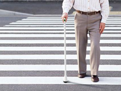 Человек ходит, выраженно хромает, часто опирается на костыли или трость