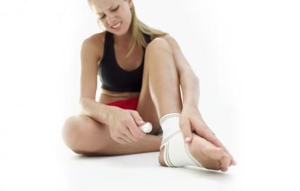 Основные симптомы данного заболевания выражаются в болевом синдроме, который усиливается во время нагрузки