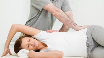 Врач-остеопат работает исключительно руками