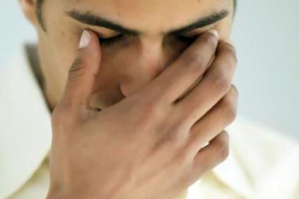 На приеме врач должен измерить давление, оценить состояние сетчатки глаза, проверить слух, обоняние