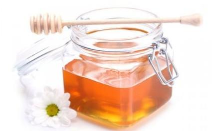 Из мёда и эвкалипта,делают примочки