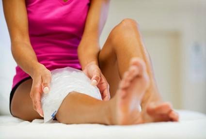 Симптоматика заболевания такая же, как и при других видах артроза, но направлена на коленный сустав