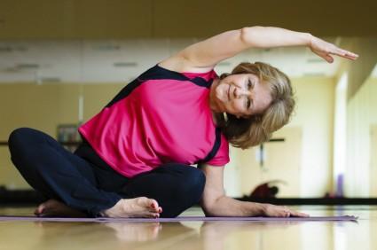 Выполняются специальные упражнения для увеличения амплитуды движений в суставе