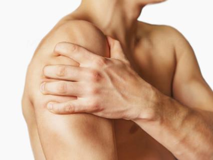 Ушиб плечевого сустава сопровождается болью даже в состоянии покоя