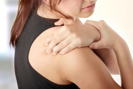 Первые симптомы хондроза – наличие хруста и дискомфорта в плечевом суставе