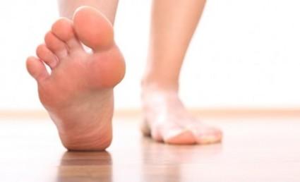 Симптомы вывиха стопы напоминают растяжение, ушиб, подвывих