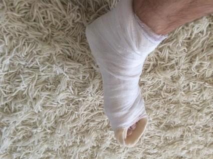Бедро при такой травме пребывает в свободном положении, а стопа - в фиксированном