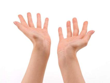 При болезни ног и рук человека беспокоят суставные боли, отечность ног, покраснение