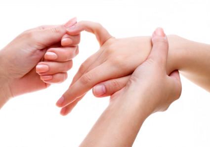 Массировать руку при переломе кисти начинают как можно дальше от места травмы