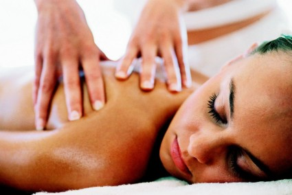 При помощи лечебного массажа можно вернуть тонус мышцам