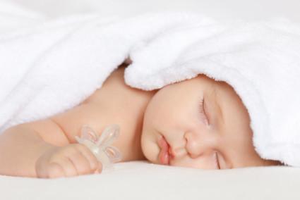 После этого важно закутать в тёплый плед и уложить ребенка спать