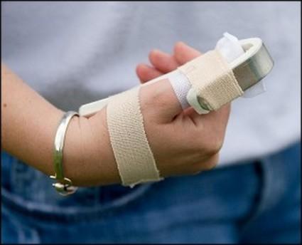 Первая помощь при ушибе состоит и в том, чтобы обеспечить всей руке неподвижное состояние