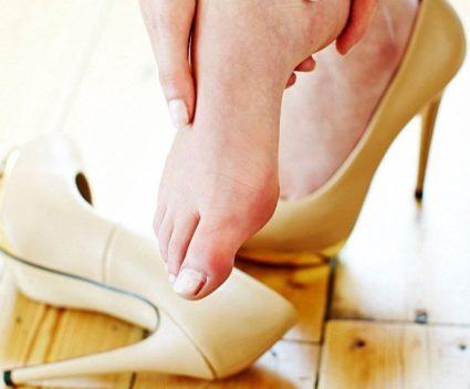 Долгое ношение неудобной обуви может привести к болезни