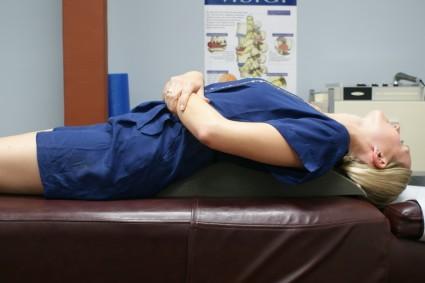 Дополняется реабилитация после удаления межпозвоночной грыжи комплексом физиопроцедур и лечебной гимнастики
