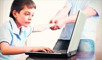 Ювенильный остеохондроз можно встретить у подростков, проводящих долгий период времени за компьютером