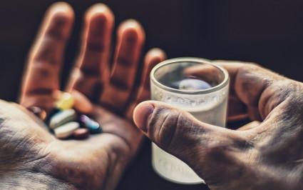 При сильной боли нужн о выпить обезболивающее