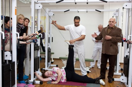 При выполнении многих упражнений задействован тренажер Бубновского