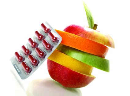 Врач выписывает необходимые витамины
