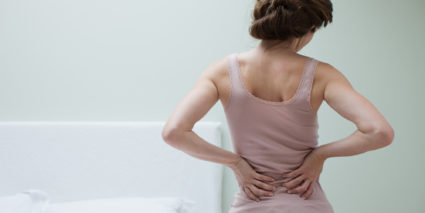 Большинство людей в возрасте от 25 до 55 лет мучается от приступов боли в спине