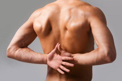 Появляется резко, и боль провоцируют подъем тяжести