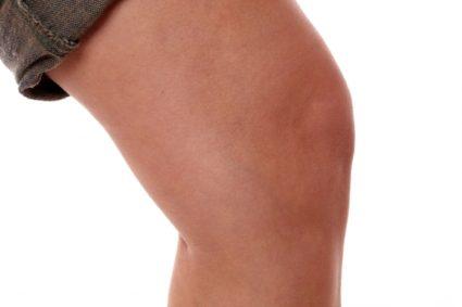Причинами большинства форм заболевания являются травмирования колена