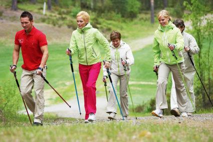 Рекомендуется обратить внимание на такое занятие, как скандинавская ходьба