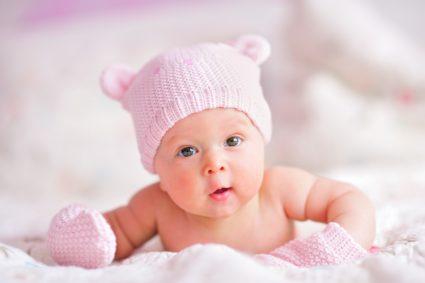 Если у ребенка появились первые симптомы кривошеи, стоит незамедлительно обратиться к ортопеду