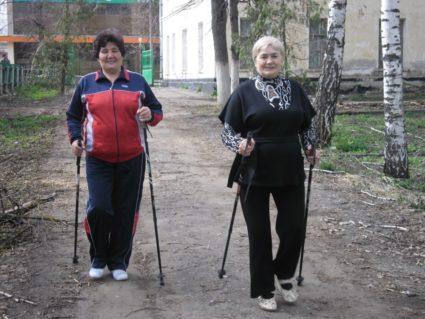Техника ходьбы с палками является одной из самых подходящих видов движения для пожилых людей
