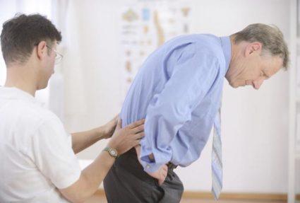 В некоторых случаях болезнь вызывают травмы позвоночника