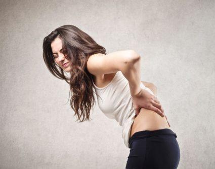 Боли в пояснице чаще всего возникают из-за сквозняков, поднятия тяжестей, падения