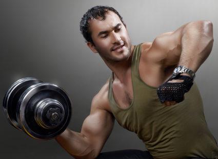 Укрепить «крылья» и широчайшие мышцы можно, если качать спину гантелями