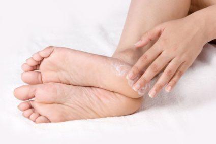 Полезно походить босыми ногами по росе или мелкому песку