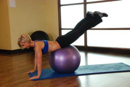 Тренировка начинается с разминки и растяжения позвоночника