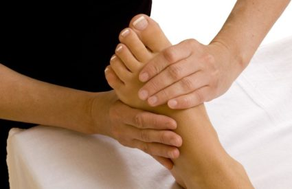 При подагре страдают суставы ног и рук