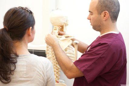 Возникают симптомы проходящей боли в области шеи, плеч, головная боль