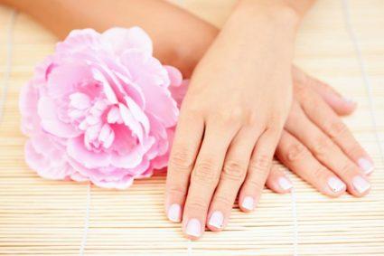 Теплые ванночки для пальцев рук можно делать как дополнительный метод в лечении артрита пальцев
