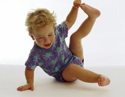 У ребенка боли в суставах ног могут возникнуть по множеству причин