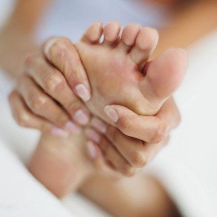 Для снятия боли нужно помазать йодом