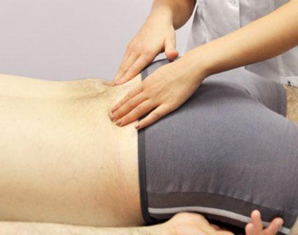 После защемления и воспаления седалищного нерва проявляется боль в области тазобедренного сустава