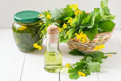 Для лечения артрита используют растительное масло, керосин, водку и камфарный спирт