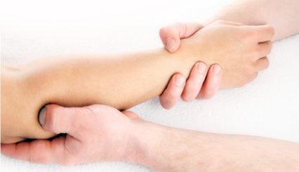 Снять отечность и уменьшить интенсивность болей помогает массаж