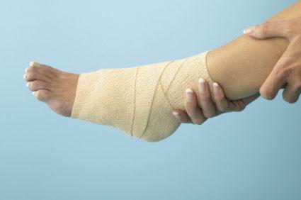После нанесения раствора,обверните ногу плёнкой
