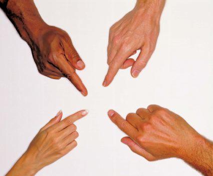 При нагрузках в пальцах слышен хруст, нарушается их подвижность